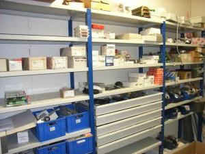 Et lager har vi også. Et kedeligt sted syntes vi men nødvendigt. Her ligger Dorma, Label og en del blandet port fabrikater.